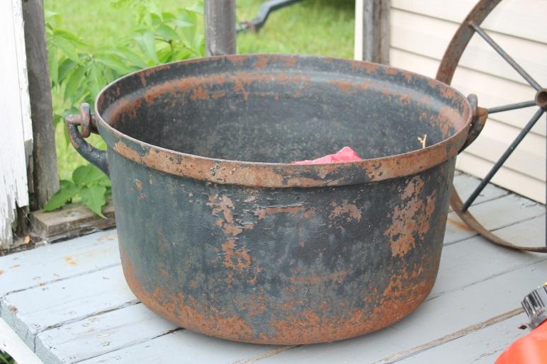 chaudron en fonte avec poutre comme support en bois de grange