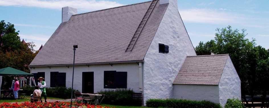 La Maison Girardin est devenue le Centre d'interprétation de l'arrondissement historique de Beauport en 1997. Classée monument historique et bâtiment d'importance nationale, elle a été entièrement restaurée. Elle se distingue par son architecture d'esprit français, reconnaissable au toit aigu à deux versants droits, aux murs épais percés d'ouvertures irrégulières, aux cheminées dans les murs pignons et aux fondations basses.