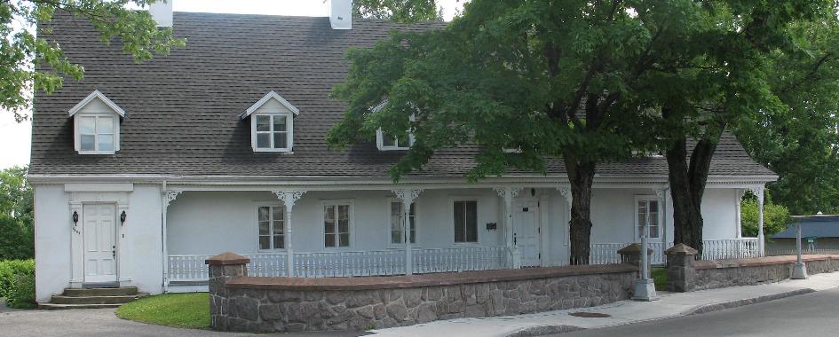 La maison Laurent-Dit-Lortie est une maison rurale d'inspiration française érigée au début du XVIIIe siècle et agrandie vers 1780 et entre 1850 et 1860. La longue résidence de plan rectangulaire, à un étage et demi, est coiffée d'un toit aigu à deux versants prolongés par des larmiers qui couvrent des galeries de pleine longueur. Sa maçonnerie en pierre et l'allonge en bois sont crépies, à l'exception du mur est qui est couvert de planches à clins. Elle occupe un terrain délimité par un muret de pierre et planté d'arbres matures. Faisant face au fleuve Saint-Laurent et à l'île d'Orléans au sud, la résidence est implantée en retrait de l'ancien chemin du Roy, dans l'arrondissement municipal de Beauport de la ville de Québec.