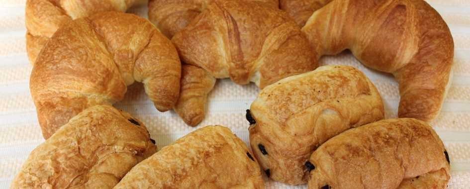 Croissants et chocolatines frais